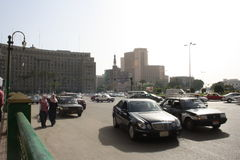 Auto's, de bouw Mogamma in tahrir Kaïro van de binnenstad Egypte Stock Fotografie