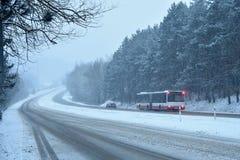 Auto's in de mist Slecht de winterweer en gevaarlijk automobiel verkeer op de weg Lichte voertuigen in mist royalty-vrije stock foto's