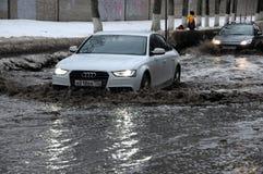 Auto's in de Overstroomde Straat in de Stad van Korolev Stock Fotografie