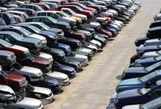 Auto's in de stortplaats van autovernieling die worden vernietigd stock afbeeldingen
