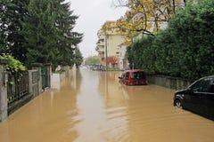 Auto's in de straten en de wegen die door de modder van de vloed worden ondergedompeld Stock Fotografie