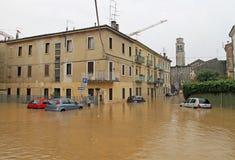 Auto's in de straten en de wegen door de modder van de vloed worden ondergedompeld die Stock Foto's