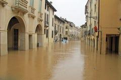 Auto's in de straten en de wegen door de modder van de vloed worden ondergedompeld die Royalty-vrije Stock Fotografie