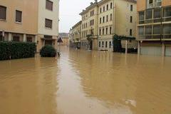 Auto's in de straten en de wegen door de modder van de vloed worden ondergedompeld die royalty-vrije stock afbeeldingen