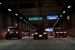 Auto's in de tunnel in Stockholm, Zweden stock foto's