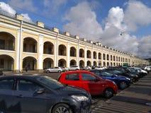 Auto's dichtbij Gostiniy-weg in Heilige Petersburg worden geparkeerd dat royalty-vrije stock foto