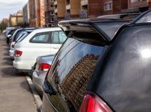 Auto's dichtbij het gebouw worden geparkeerd dat royalty-vrije stock foto's