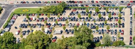 Auto's die in Autoparkeerterrein parkeren stock fotografie
