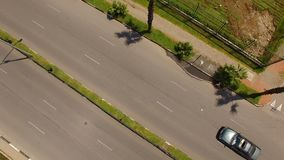 Auto's die brede weg, vervoerssysteem, infrastructuur, hoogste mening reduceren stock footage
