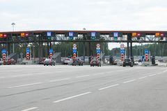Auto's die de ingangsspeld van de tolweg op een weg aproaching stock afbeelding