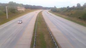 Auto's die door op een wegweg overgaan stock foto
