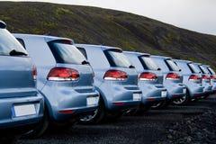 Auto's die in een rij worden geparkeerd stock afbeeldingen