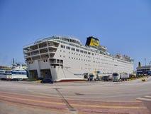 Auto's die in een veerboot inschepen Piraeus haven Attica gebied, Griekenland royalty-vrije stock afbeelding