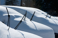 Auto's die met Sneeuw worden behandeld Stock Afbeeldingen