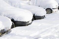 Auto's die met sneeuw worden behandeld royalty-vrije stock afbeelding