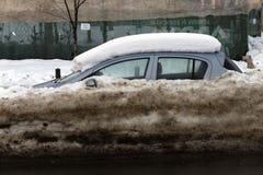 Auto's die met sneeuw worden behandeld Royalty-vrije Stock Foto