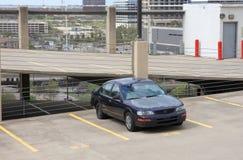 Auto's die op de bovenkant van garage parkeren royalty-vrije stock foto's