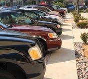 Auto's die op het winkelcomplex worden geparkeerd stock foto