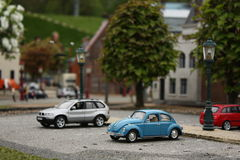 Auto's die op parkeerterrein worden geparkeerd Stock Foto