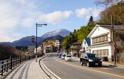Auto's die op straat in Takayama, Japan lopen royalty-vrije stock afbeelding