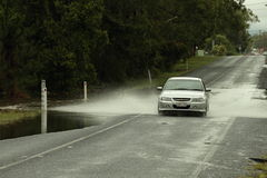 Auto's die overstroomde weg kruisen Royalty-vrije Stock Foto