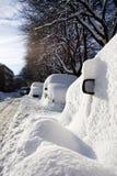 Auto's die in sneeuw worden begraven Stock Afbeelding