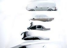 Auto's die in sneeuw worden behandeld Stock Foto