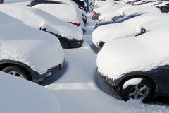 Auto's die in sneeuw worden behandeld Stock Fotografie