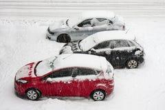 Auto's die in sneeuw worden behandeld Stock Afbeeldingen