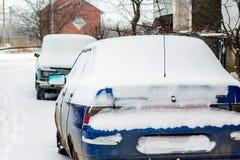 Auto's die in sneeuw worden behandeld Verslechtering van weersomstandigheden, blizz stock foto's