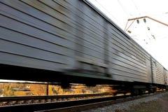 Auto's die trein overgaan Stock Foto's