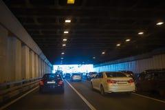 Auto's die tunnel van de binnenstad verlaten binnen Royalty-vrije Stock Fotografie