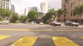 Auto's die zich langs in Kuala Lumpur bewegen stock videobeelden