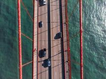 Auto's die zich op de stegen van de asfaltweg op brug boven het water bewegen Mening vanaf de bovenkant royalty-vrije stock foto's