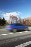 Auto's die zich snel op een weg bewegen Stock Afbeelding