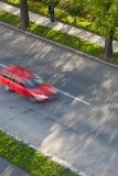 Auto's die zich snel op een weg bewegen Stock Afbeeldingen