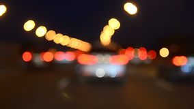 Auto's die zich in verkeer bewegen stock video