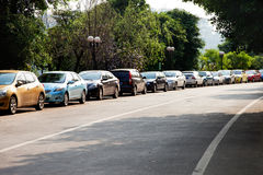 Auto's door de kant van de weg worden geparkeerd die royalty-vrije stock afbeeldingen