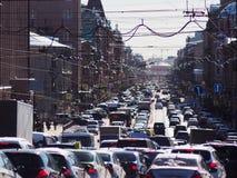 Auto's in een lange rij op de bezige stadsstraat royalty-vrije stock afbeelding