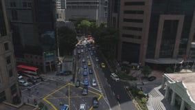 Auto's in een opstopping op de grote stadsstraat in Singapore in de zomer zonnige dag schot Spitsuur in de stadscentrum van Singa stock footage