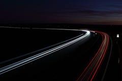 Auto's in een stormloop die zich snel op een weg beweegt Royalty-vrije Stock Afbeelding