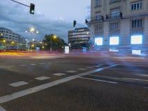 Auto's in een straat van Madrid tijdens de nacht stock foto