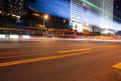 auto's en bussen lichte slepen die de weg overgaan stock fotografie