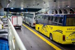 Auto's en bussen op de overzeese veerboot royalty-vrije stock fotografie