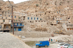 Auto's en dorpsbewoners van kleine stad Palangan met klei en baksteenhuizen in bergen Stock Fotografie