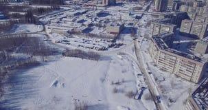 Auto's en huizen op stadsrand in de wintersatellietbeeld