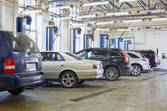 Auto's en lifte materiaal in workshop Royalty-vrije Stock Afbeelding