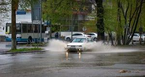Auto's en regen Royalty-vrije Stock Afbeeldingen