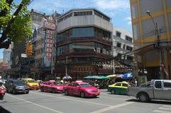 Auto's en taxicabines op de straat in Bangkok Stock Foto