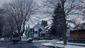 Auto's en Vrachtwagenpas door Sneeuwvoorsteden stock video